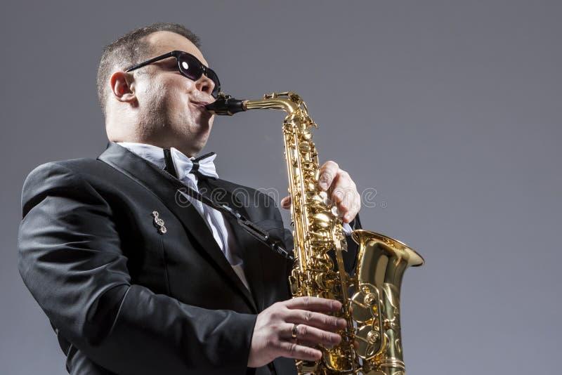 音乐概念 成熟传神白种人萨克斯管音乐家画象  库存照片