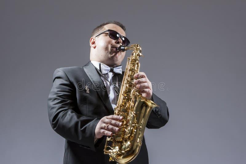 音乐概念 成熟传神白种人Saxophon画象  免版税图库摄影