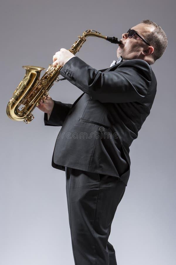 音乐概念 成熟白种人萨克管演奏员画象  免版税库存照片