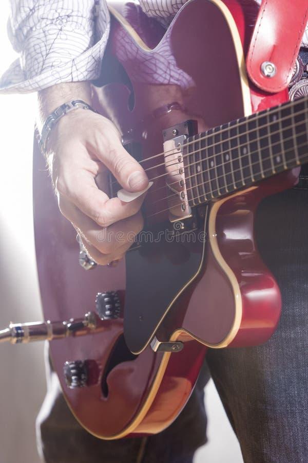 音乐概念 执行与电Guit的男性吉他演奏员 免版税图库摄影