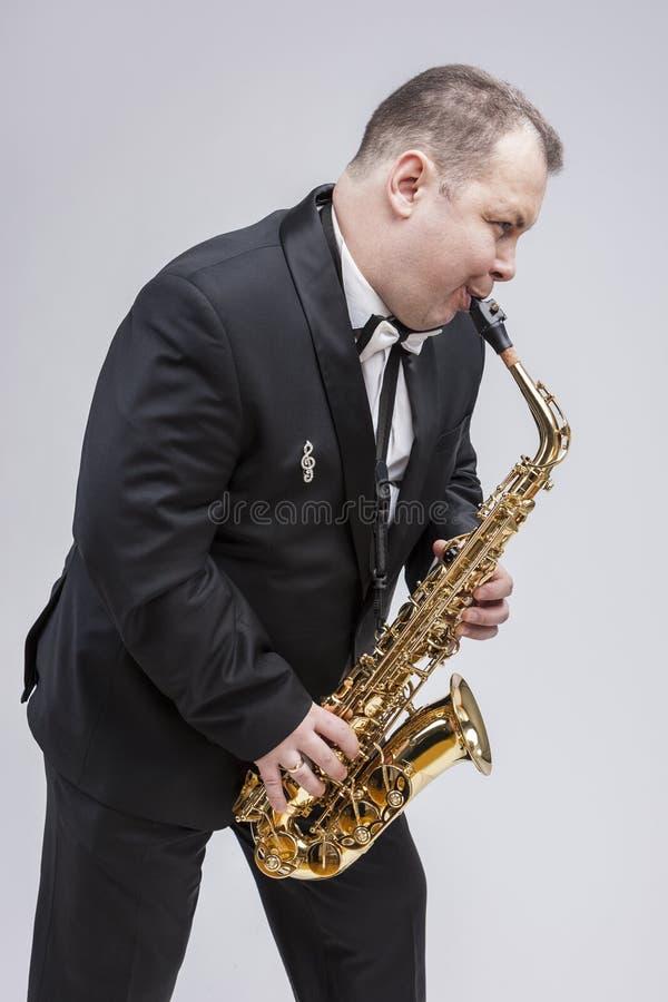 音乐概念 白种人成熟传神萨克管演奏员画象  免版税库存图片