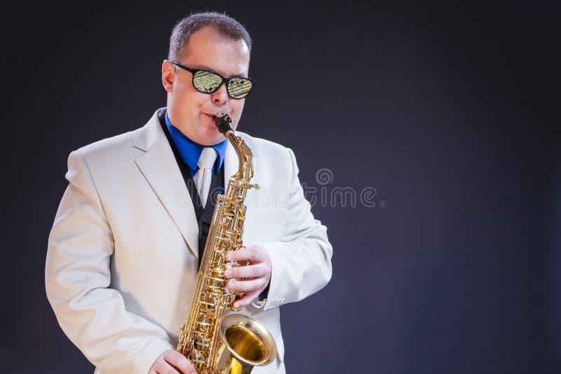 音乐概念 白种人成熟男性萨克管演奏员画象  库存照片