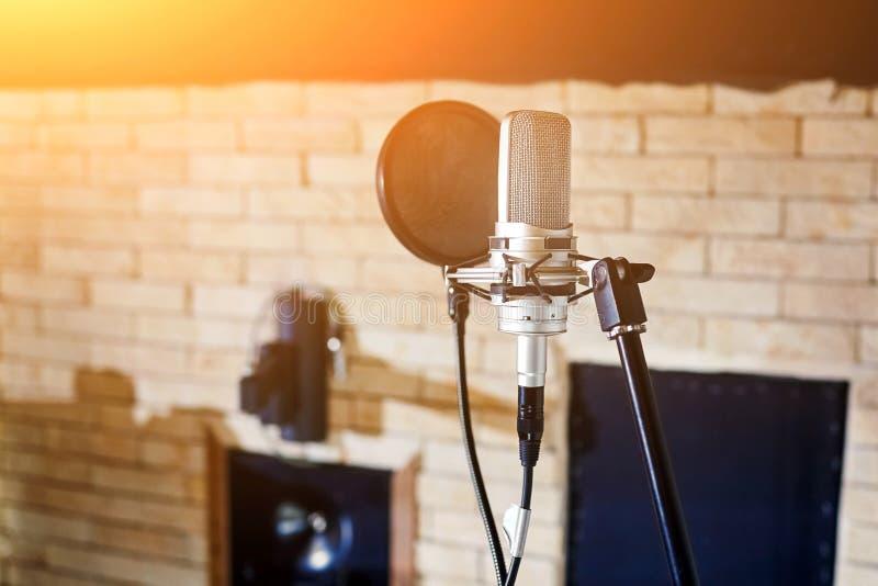 音乐演播室 有流行音乐过滤器的银色电容传声器 免版税库存图片