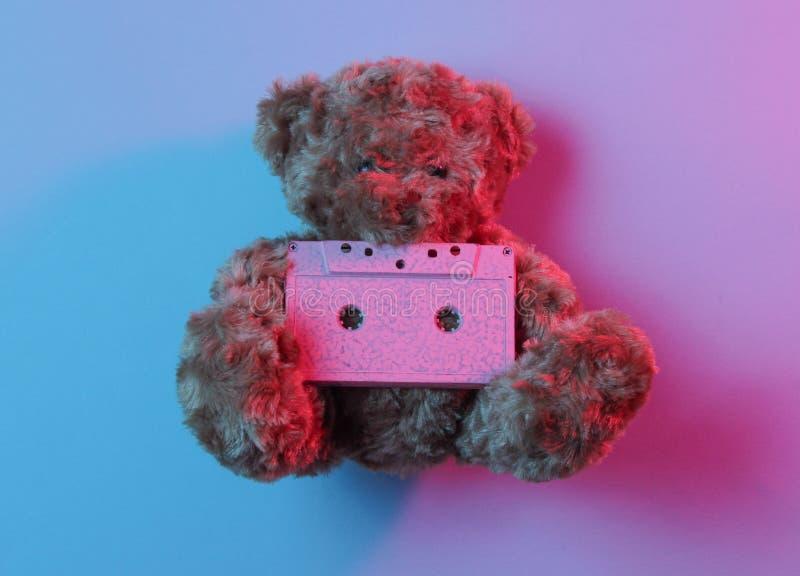 音乐爱好者概念玩具熊举行卡型盒式录音机 库存图片