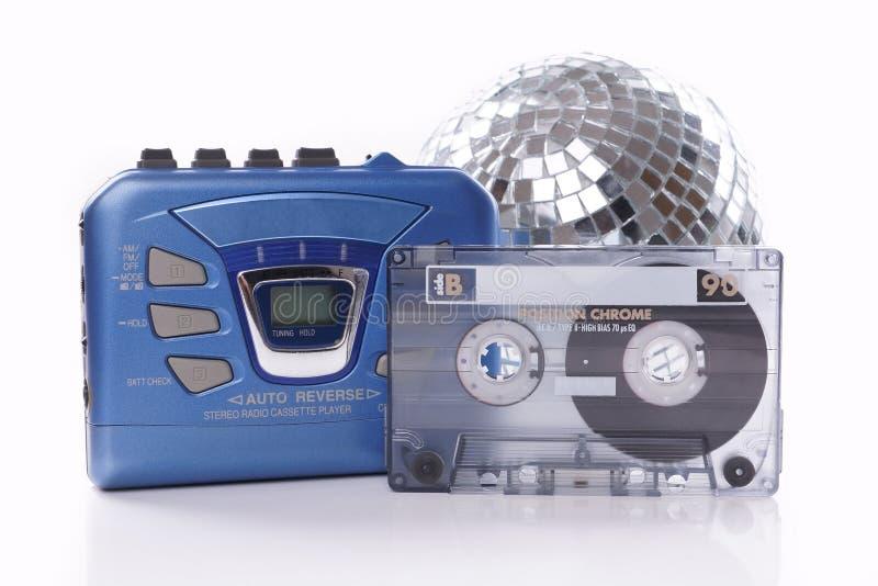 音乐磁带随身听录音机和迪斯科球 免版税库存照片