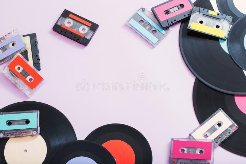 音乐磁带,在纸背景的纪录的汇集 减速火箭的co 免版税库存照片