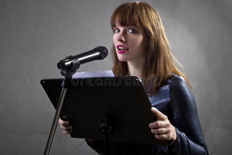 音乐艺术家唱歌 免版税库存照片