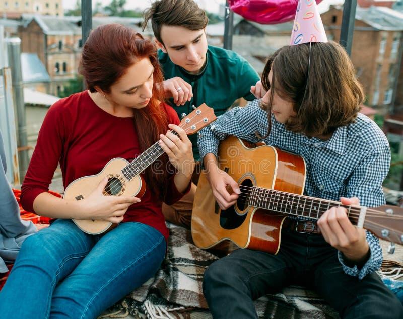 音乐艺术性的二重奏吉他尤克里里琴生活方式 免版税库存照片