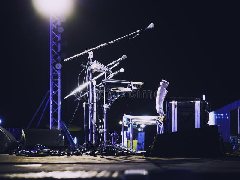 音乐节在音乐会阶段的事件话筒 免版税库存照片