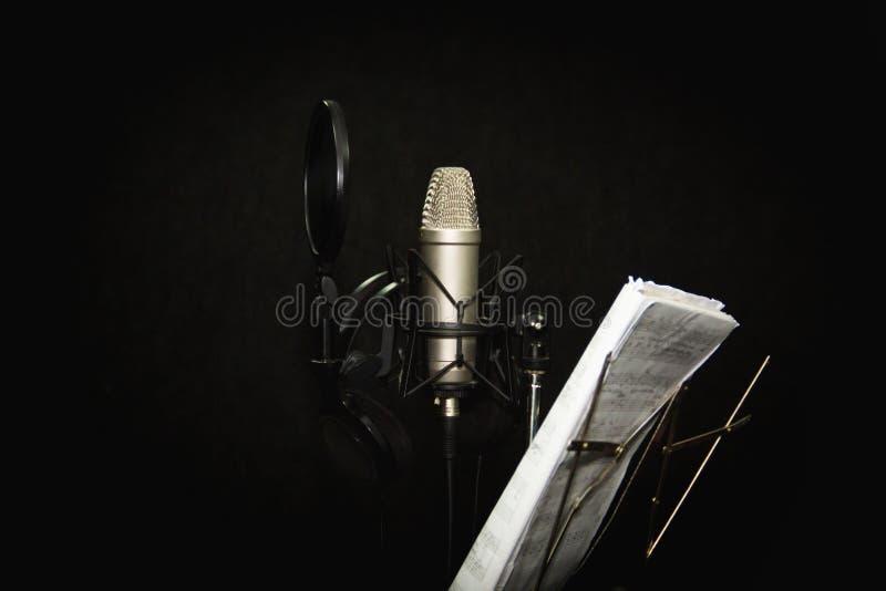 音乐设备 专业电容传声器在演播室 从边关闭  免版税库存照片