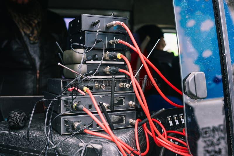 音乐设备 连接的室外话筒设备 红色和黑导线 声测设备连接 免版税库存图片