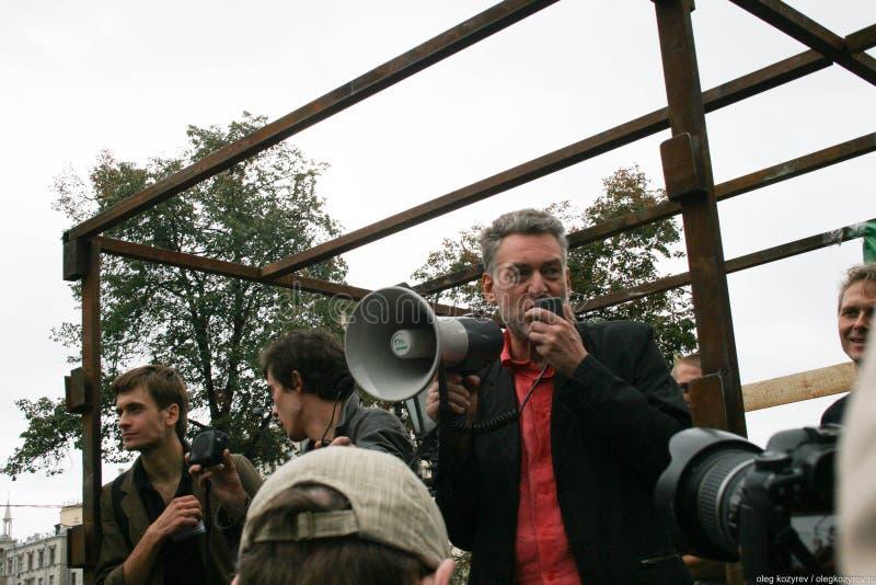 音乐评论家Artemy Troitsky讲话在集会保卫Khimki森林 库存照片