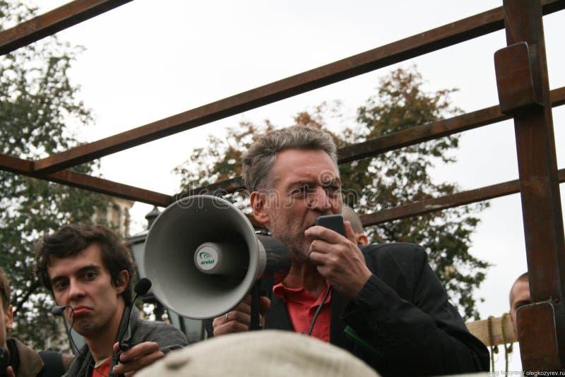 音乐评论家Artemy Troitsky讲话在集会保卫Khimki森林 免版税图库摄影