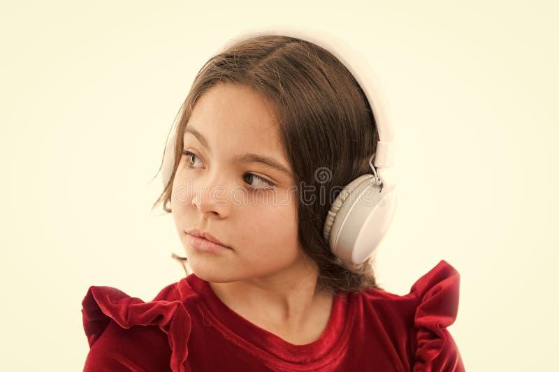 音乐非常是乐趣 红色礼服的小女孩 童年和幸福 耳机的小孩子 ?? ? 库存图片