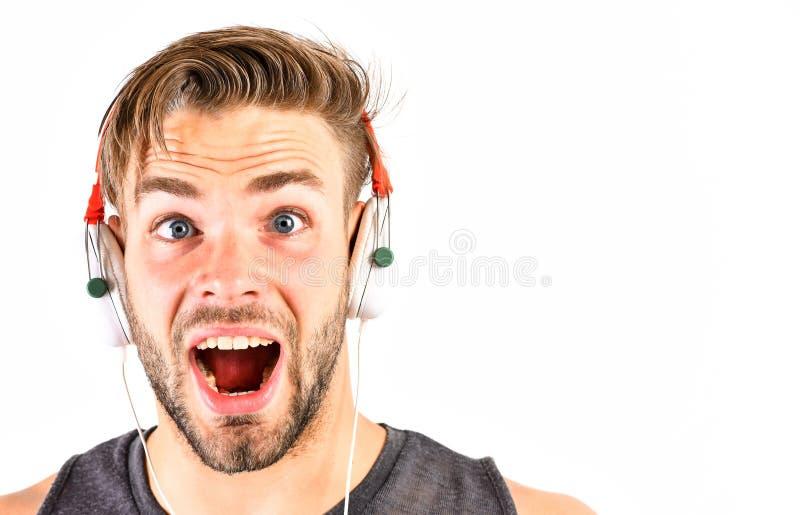 音乐非常是乐趣 ebook和网上教育 音乐教育 性感的肌肉人听ebook 耳机的人 免版税库存照片