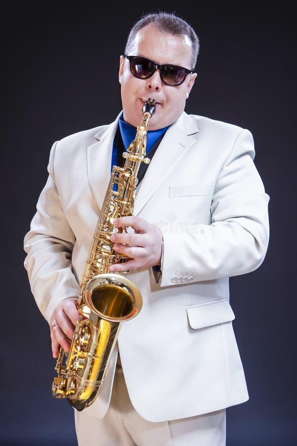 音乐题材和想法 平静的白种人成熟萨克斯管吹奏者 库存照片