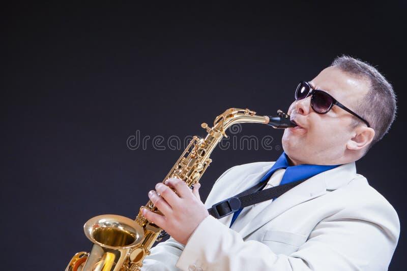 音乐题材和想法 热情的白种人成熟萨克斯管吹奏者 图库摄影