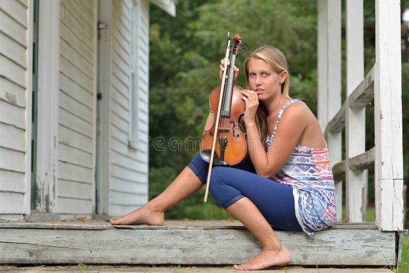 音乐系列-室外小提琴或无意识而不停地拨弄球员 库存照片