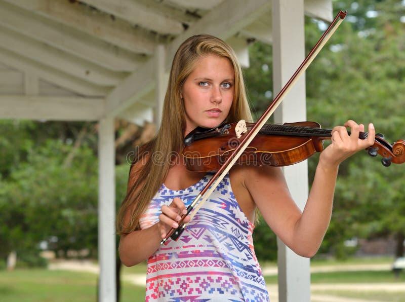 音乐系列-室外小提琴或无意识而不停地拨弄球员 免版税库存照片