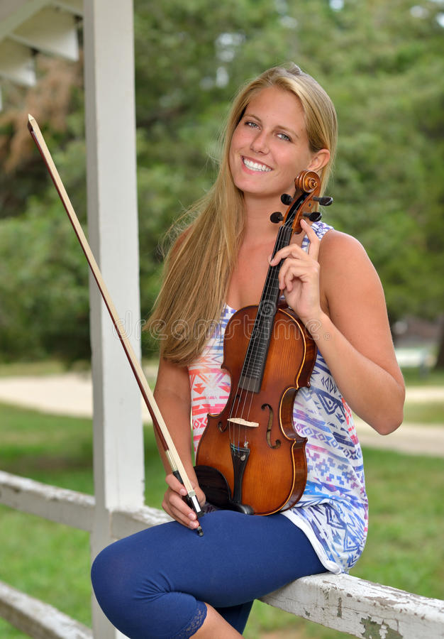 音乐系列-室外小提琴或无意识而不停地拨弄球员 免版税库存图片