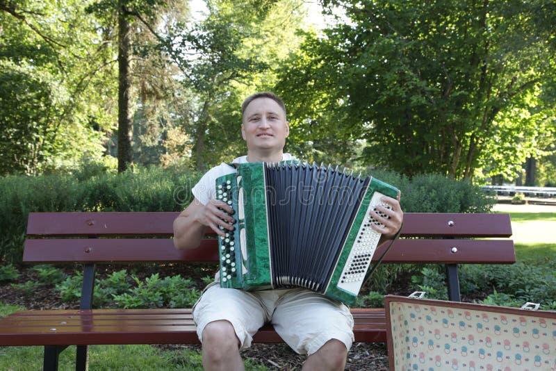 音乐 有口琴或手风琴的音乐家 免版税库存照片