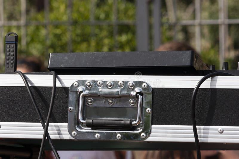 音乐DJ便携式的搅拌器控制台 免版税库存图片