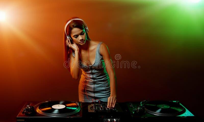 音乐DJ妇女 免版税库存图片