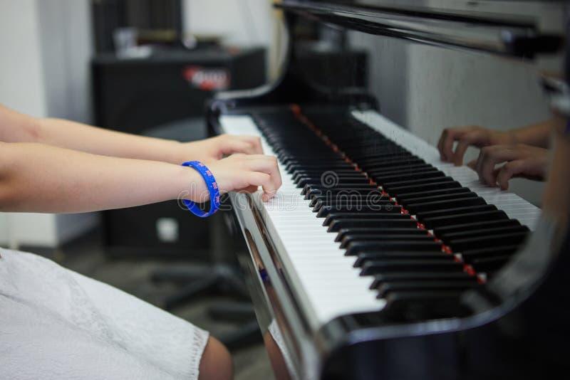 音乐performer& x27;弹钢琴的s手 库存图片