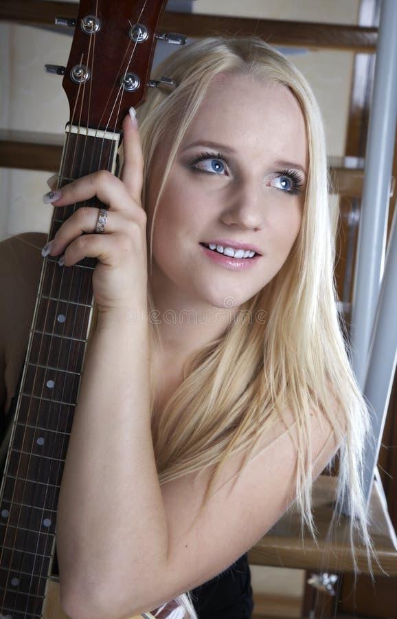 音响女孩吉他 免版税库存照片