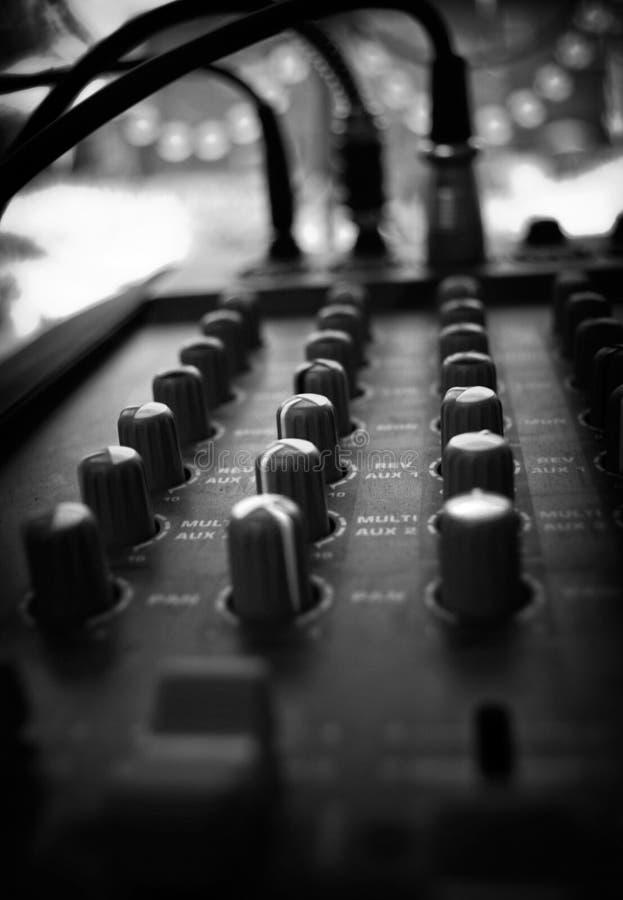 音频控制在黑白的特写镜头 按钮、缆绳和其他音频细节 免版税库存图片