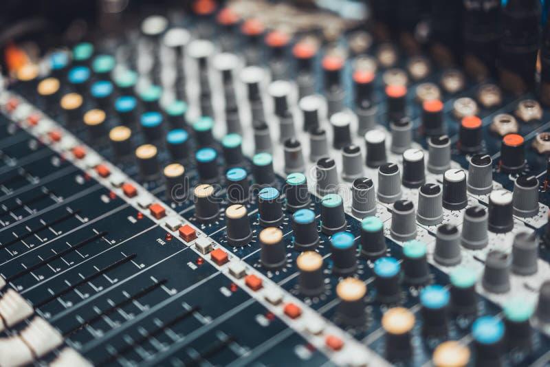 音频搅拌器控制板或声音编辑程序,电影口气 数字式音乐技术,音乐会事件, DJ设备概念 免版税库存图片