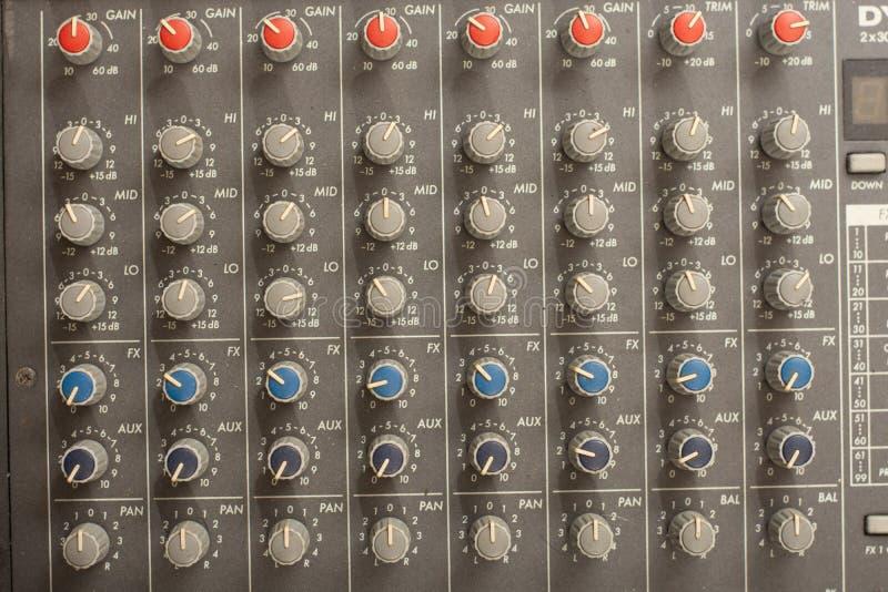 音频混音器放大器设备,混合合理的音响的音乐会设计概念背景,选择聚焦 图库摄影
