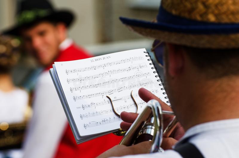 活页乐谱和弹喇叭的一个人 免版税库存图片