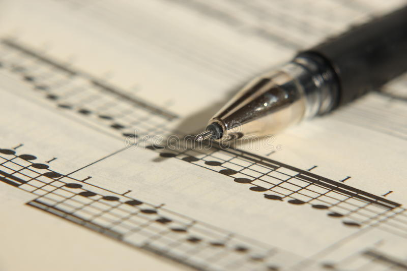 活页乐谱和笔 免版税库存图片