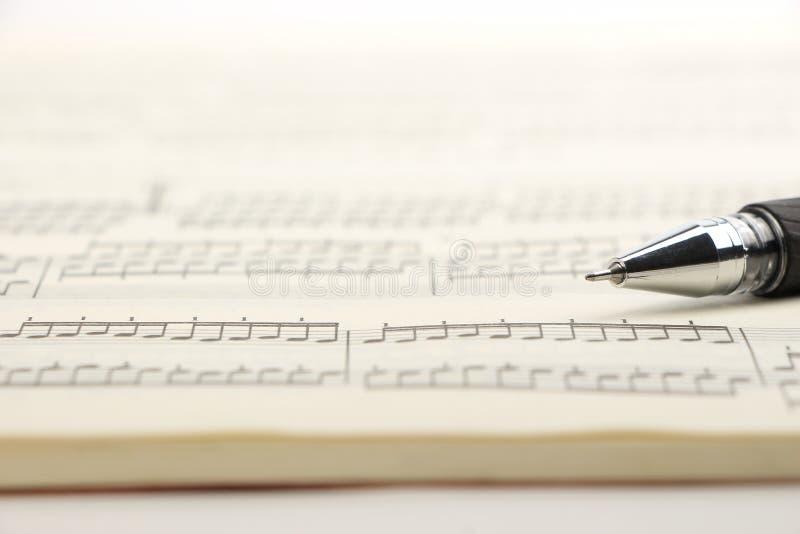 活页乐谱和笔 库存照片