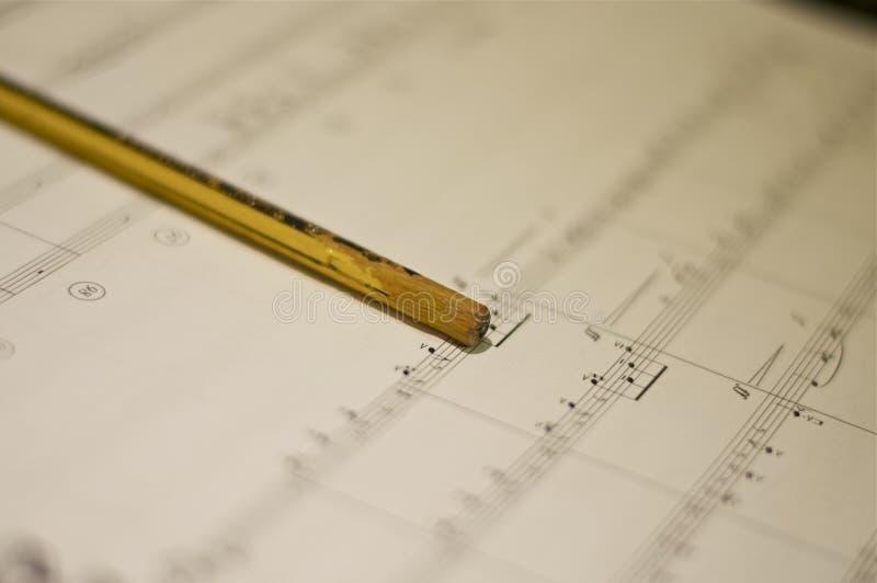 活页乐谱和铅笔 免版税库存照片