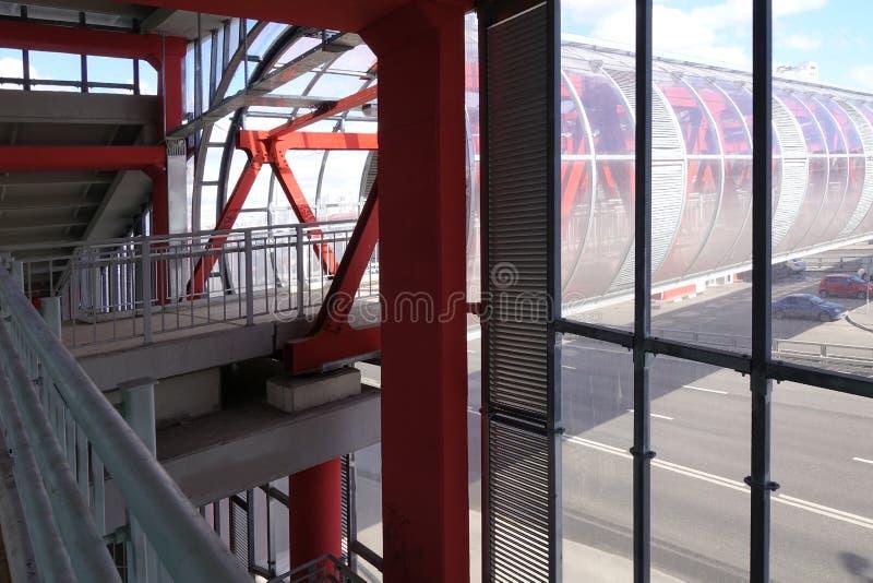 顶上的段落 被闩上的钢粱 绘在红色 内部 免版税图库摄影