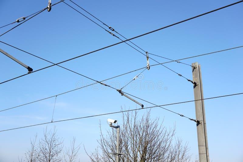 顶上的火车架线电车缆绳 免版税库存照片