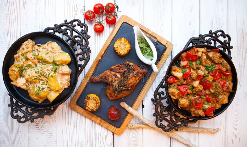 顶上的观点的五颜六色的烘烤菜,美味调味汁服务 库存图片