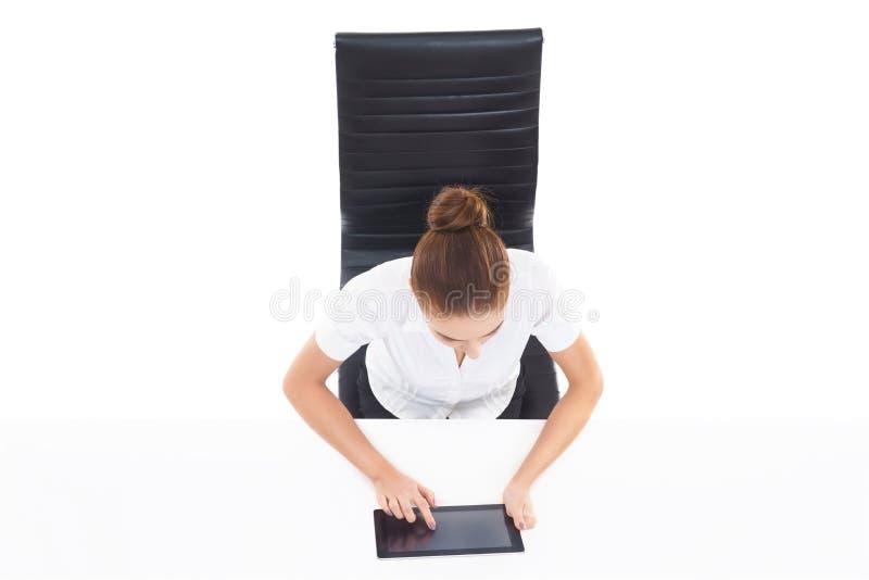 顶上的观点的有片剂的co一名年轻,确信的女实业家 免版税库存图片