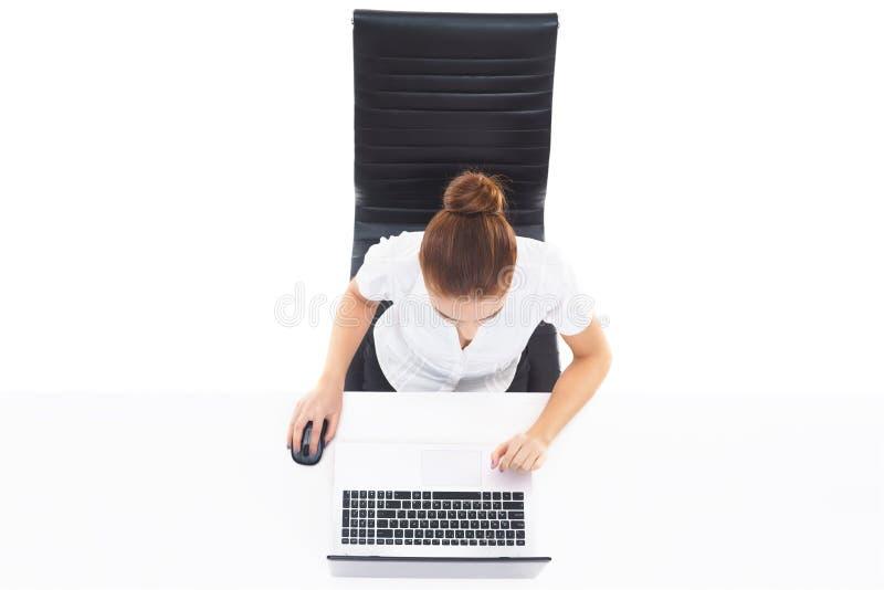 顶上的观点的有膝上型计算机的一名年轻,确信的女实业家 B 免版税库存图片