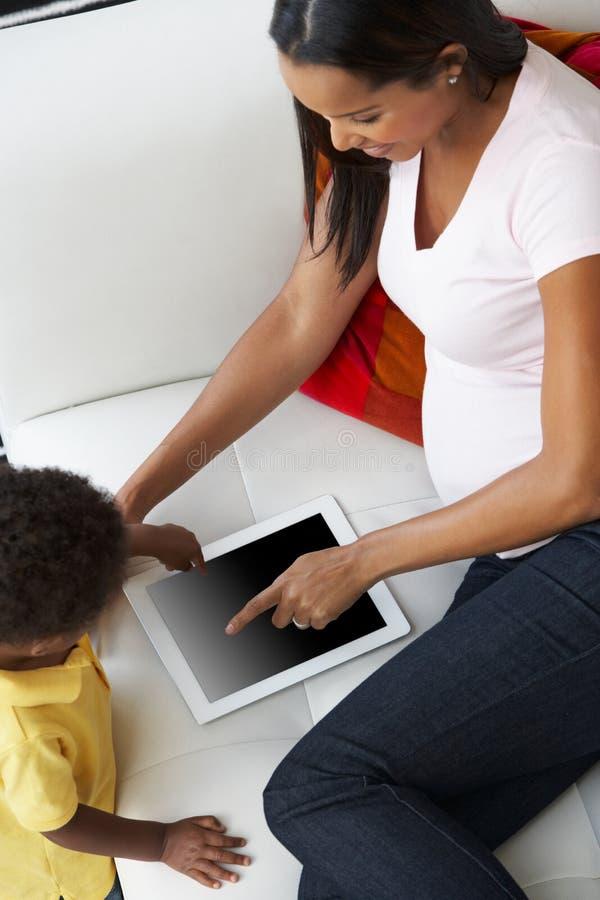 顶上的观点的母亲和儿子沙发的 库存图片