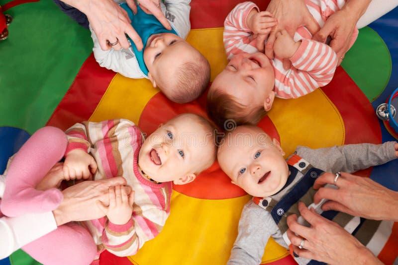 顶上的观点的婴孩获得乐趣在托儿所Playgroup 免版税库存照片