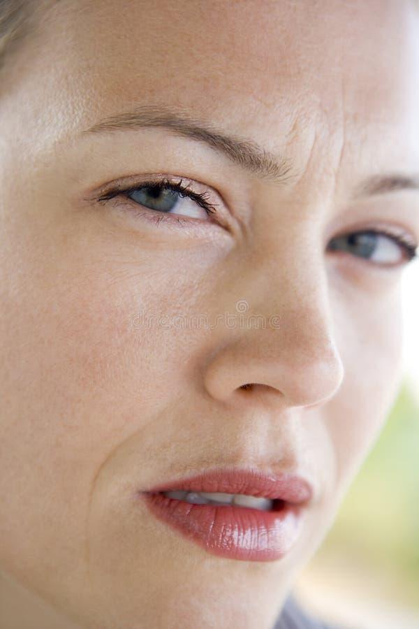 顶头皱眉头的射击妇女 免版税库存图片