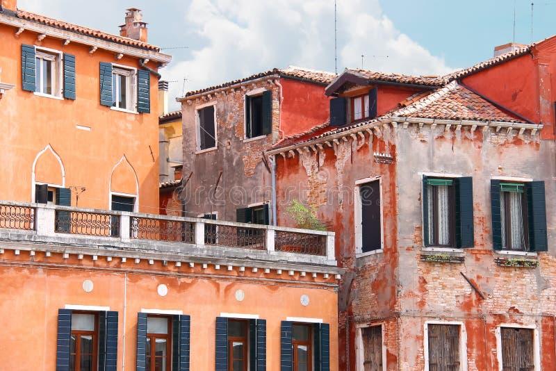 顶房顶大阳台与美丽的意大利房子,威尼斯 库存照片