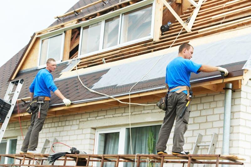 顶房顶工作与导电线屋顶 免版税库存图片