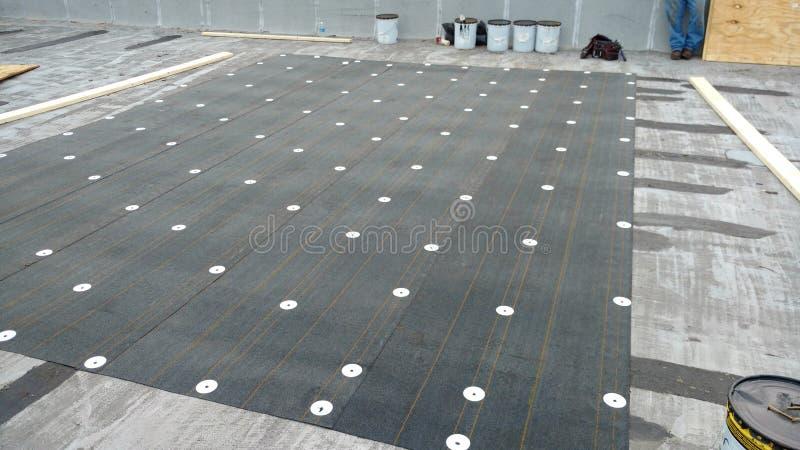 顶房顶泄漏修理过程中在商业屋顶平台;顶房顶 免版税库存照片