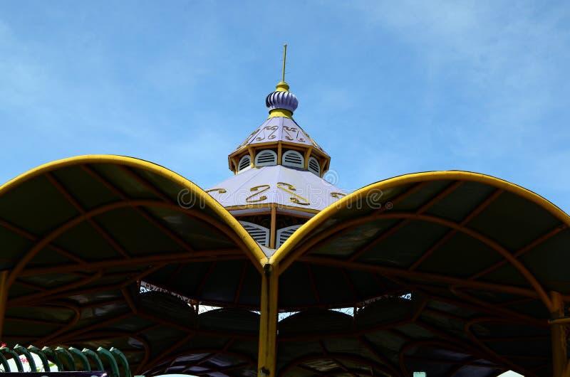 顶房顶Enchanted王国地方和外国游人聚集的主题乐园顶面门面  免版税库存照片