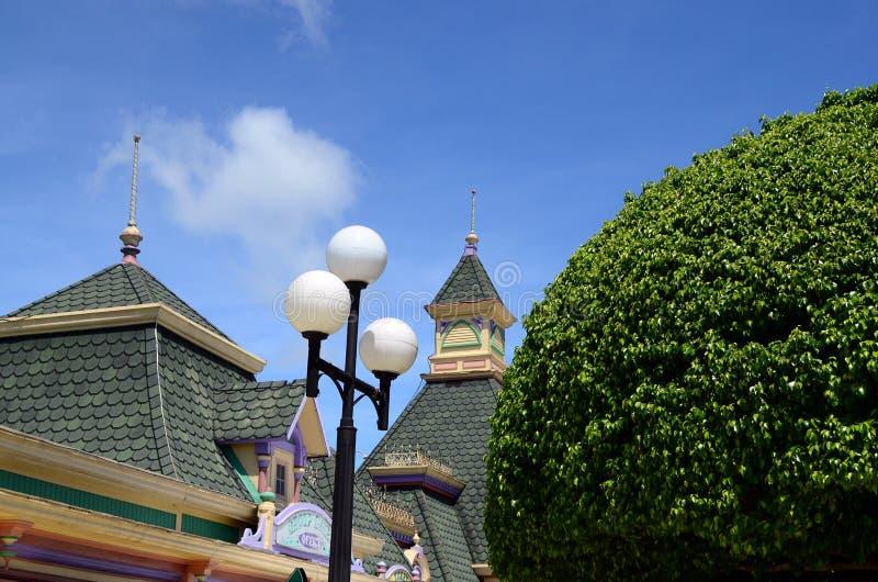 顶房顶Enchanted王国地方和外国游人聚集的主题乐园顶面门面  库存照片
