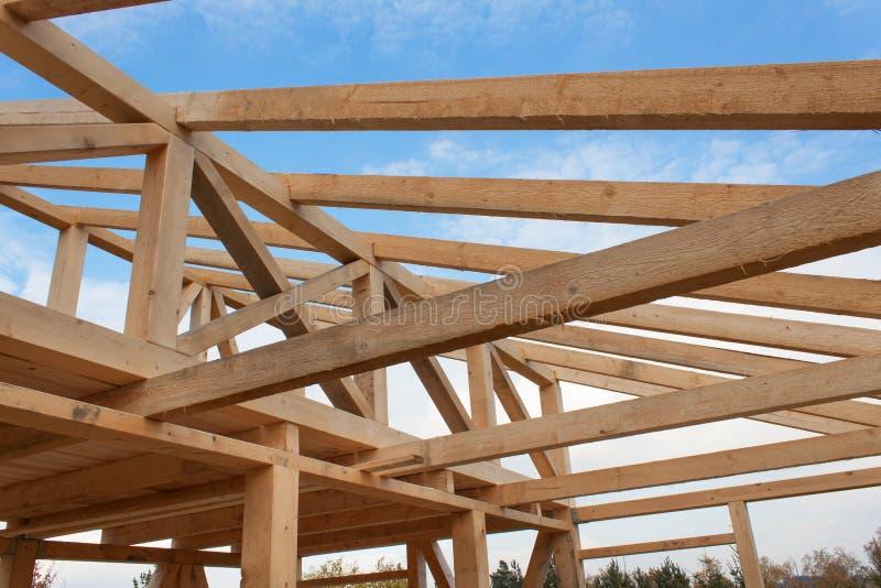 顶梁 在一个木房子的建造场所的晴朗的秋季晚上 未完成的房子 免版税库存图片